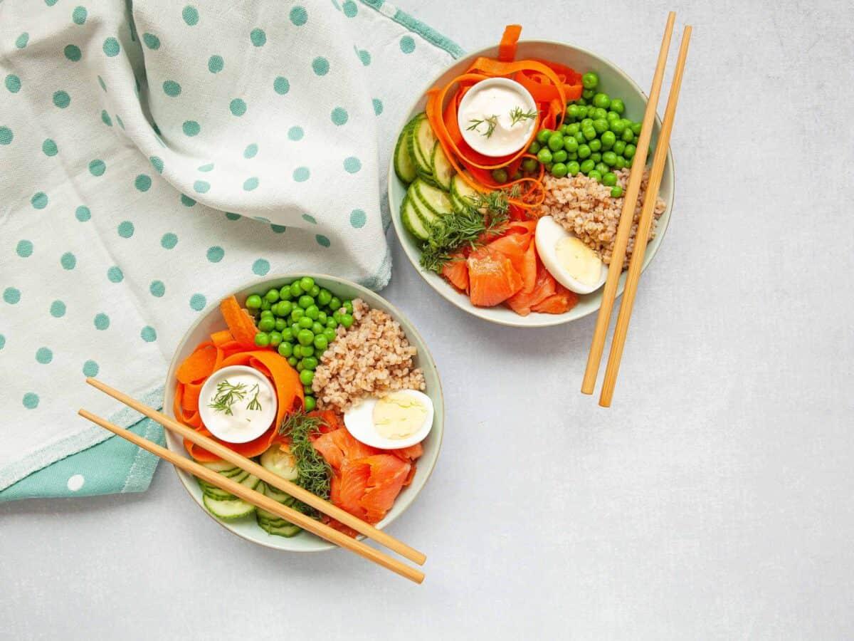 Poke bowl kylmäsavukirjolohesta