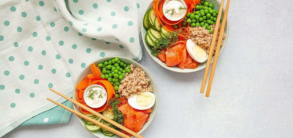 Poke bowl kylmäsavukirjolohesta resepti