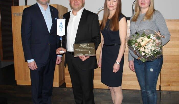 Kalaneuvos Oy:n Toni Hukkanen, Mari Heikkilä ja Victoria Maddi ottamassa vastaan Pirkanmaan vuoden 2017 vientipalkintoa.